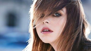 Cheveux lisses et frange en biais