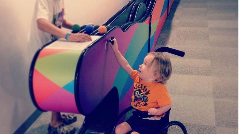 Une maman remercie un enfant pour avoir joué avec son fils   handicapé