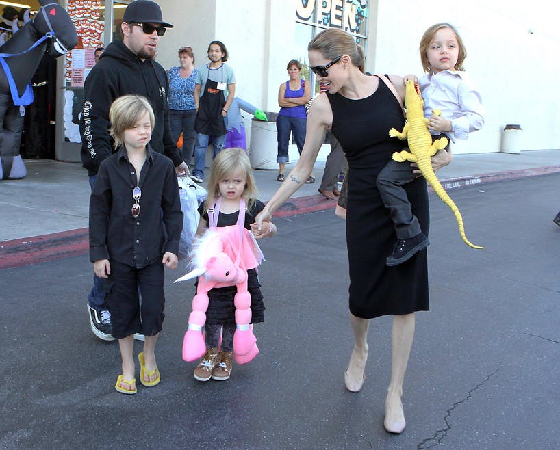 Angelina Jolie et ses jumeaux Vivienne Marcheline et         Knox Leon