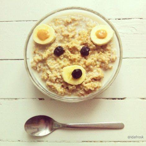 Des céréales à la banane et aux raisins secs
