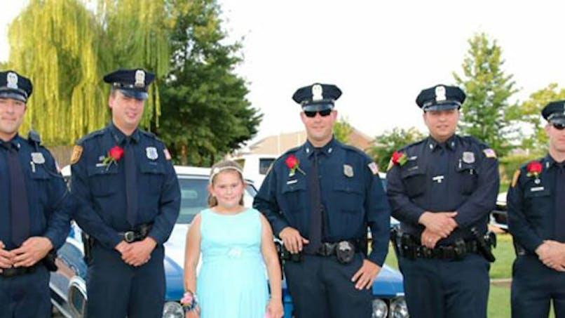 Etats-Unis : des policiers accompagnent la fille d'un   officier décédé à un bal père/fille