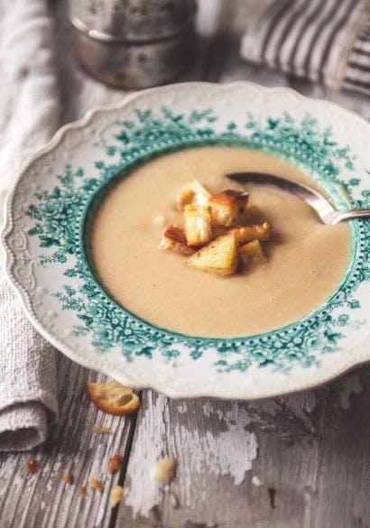 Potage aux oignons caramélisés et croûtons à         l'ail