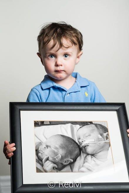 Noah, né à 32 semaines. Sa jumelle Victoria, à gauche         sur la photo encadrée, est décédée un mois après la         naissance.