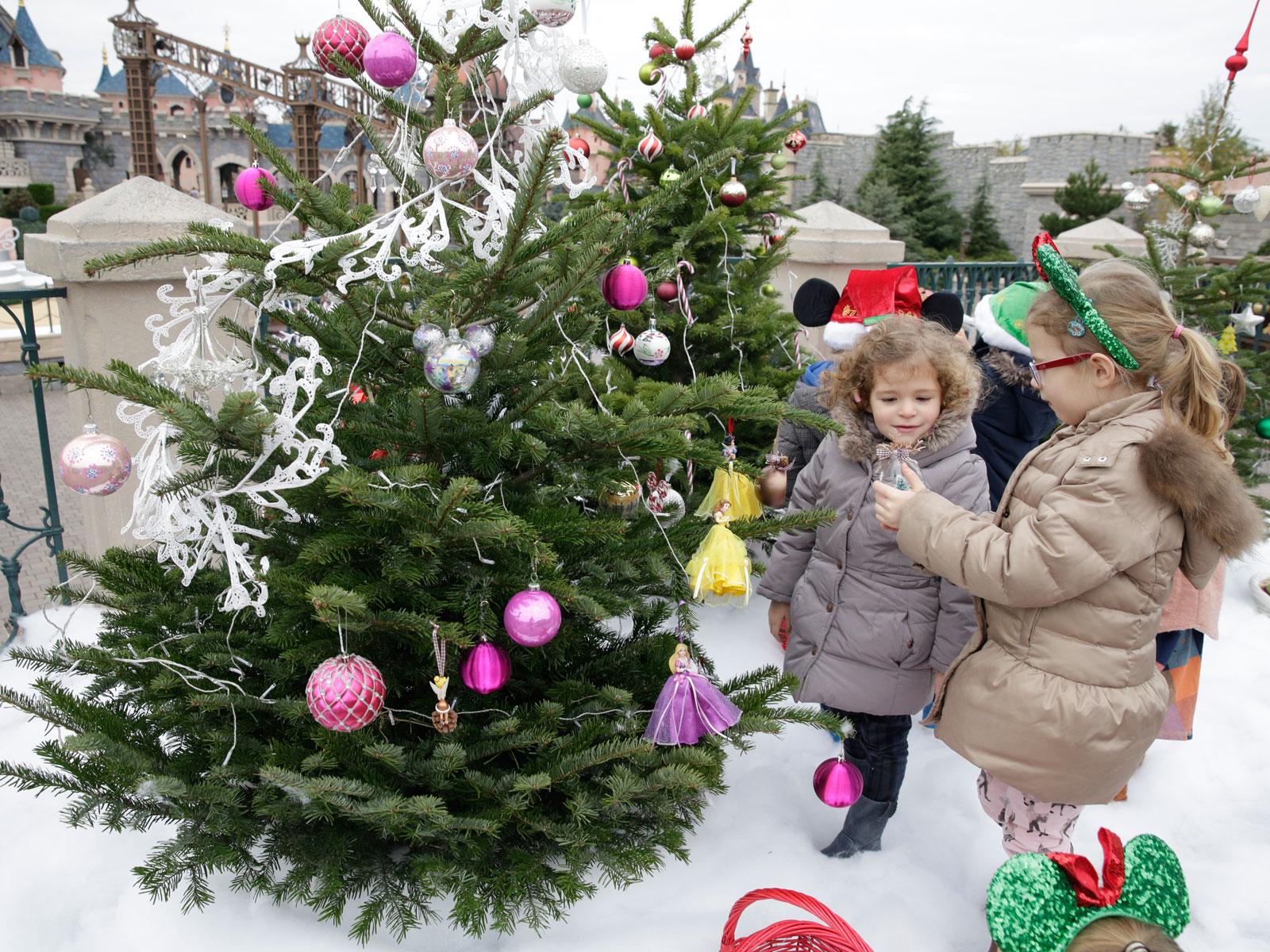 Décorer Son Pied De Sapin décoration du sapin : pourquoi les enfants adorent