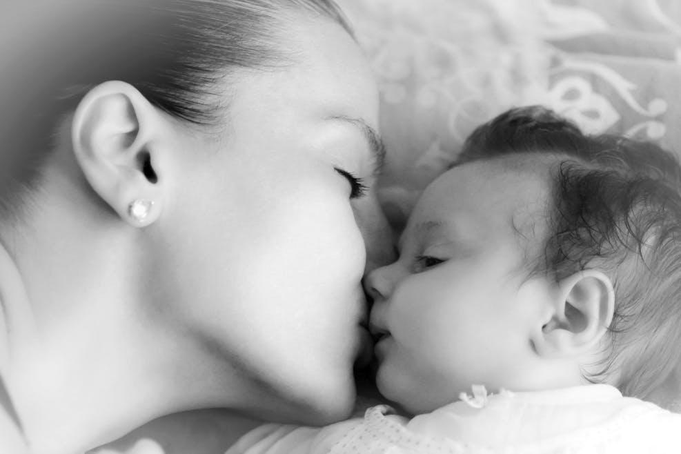 Embrasser son enfant sur la bouche, c'est mal ?