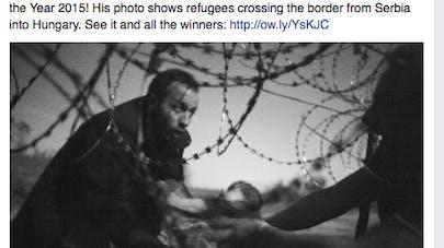 World Press Photo : le cliché d'un bébé réfugié passé de  mains en mains sous les barbelés obtient le 1er prix