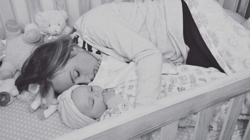Photo : une maman s'endort dans le lit de son bébé