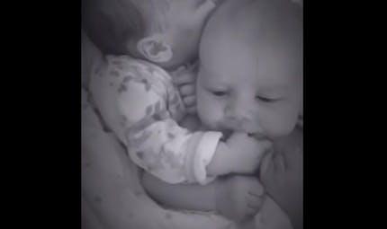 Vidéo : un des jumeaux calme l'autre qui pleure