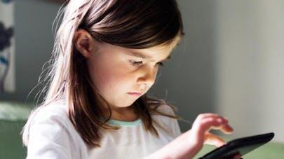 Sédentarité des enfants : les Français accusent les   écrans