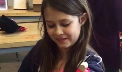 A 11 ans, elle se construit une prothèse bionique qui   projette des paillettes