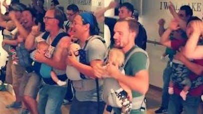 La vidéo virale de papas dansant avec leur bébé