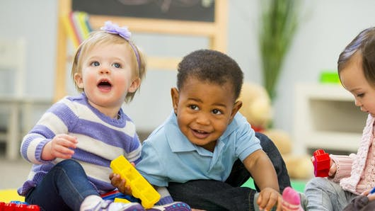 Crèche ou assistante maternelle: comment choisir ?
