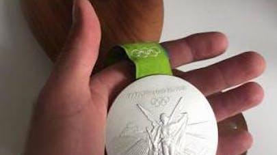 JO : un athlète met sa médaille aux enchères pour sauver   un enfant malade