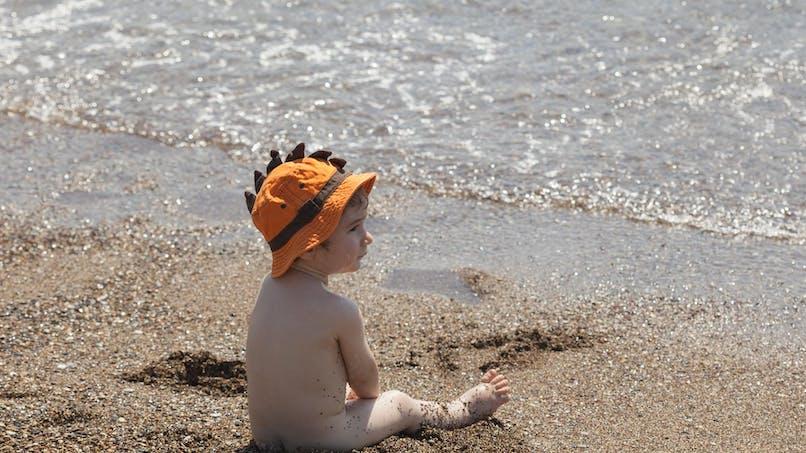 Une famille rappelée à l'ordre parce que son bébé était nu   sur la plage