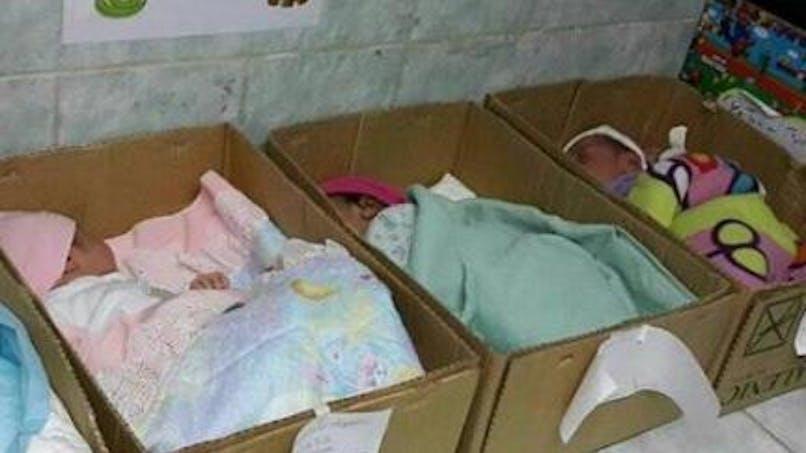 Des bébés dans des cartons au Venezuela