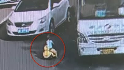 Un policier sauve la vie d'un enfant qui joue sur la route   (VIDEO)