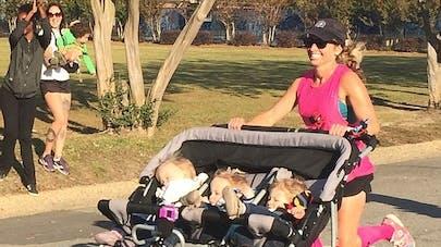 Une maman court un semi-marathon avec ses triplés dans la   poussette