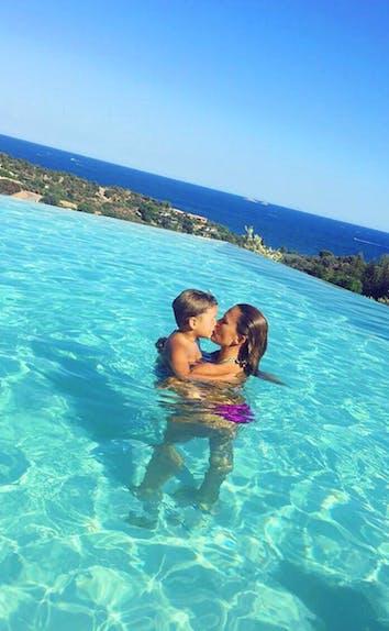 Vitaa embrasse son fils dans le plus beau des décors