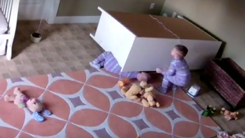 Un enfant de 2 ans sauve son frère jumeau (vidéo)