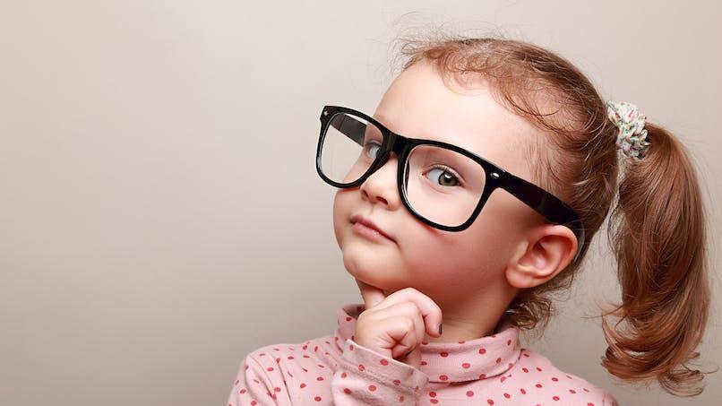 Pourquoi les petites filles se sentent-elles moins brillantes?