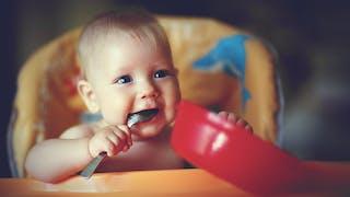 Comment Bébé apprend à manger tout seul