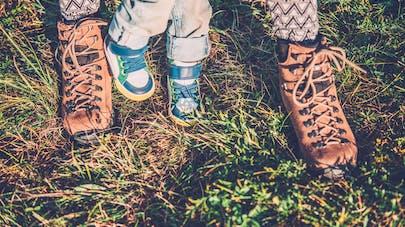 petits pieds de bébé chaussés