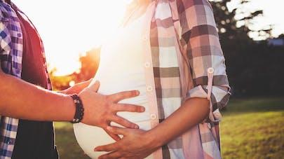 couple femme enceinte prete a accoucher