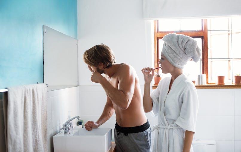 couple salle de bains brossage des dents