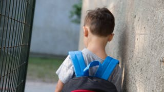 enfant grilles de l'école