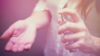 gros plan femme parfum main