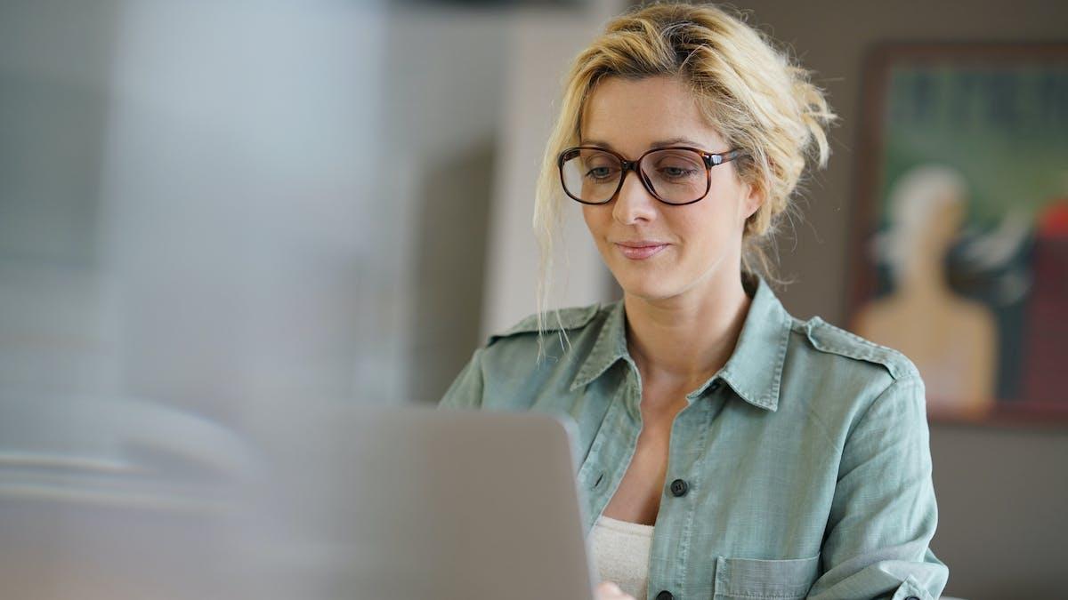 femme travail sur ordinateur - Travail : 8 (très) bonnes raisons d'embaucher une mère de  famille