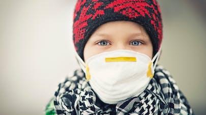 enfant avec un masque anti pollution