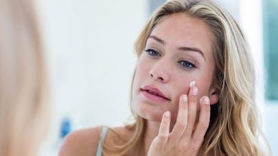 femme prend soin de sa peau