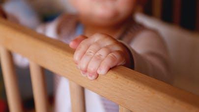 GP main de bébé sur le lit