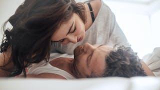 couple amoureux dans un lit