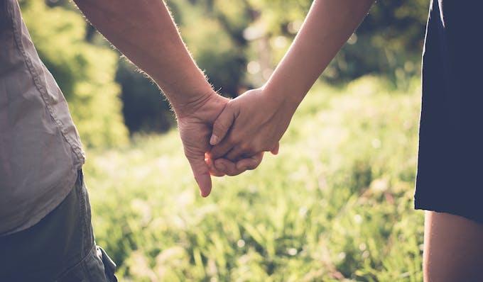 gros plan couple mains