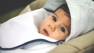 bébé dans poussette protégé du froid