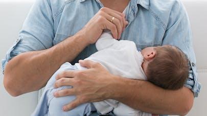 papa avec bébé dans les bras