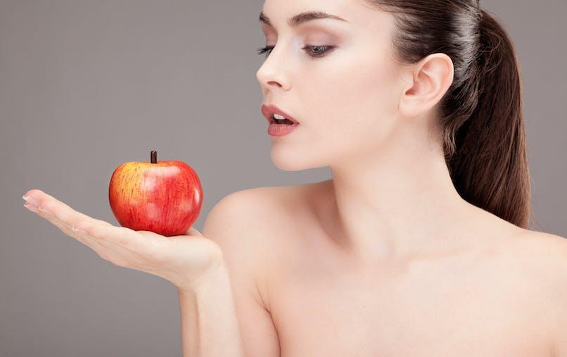 femme beauté pomme - Beauté : à quoi servent les antioxydants ?