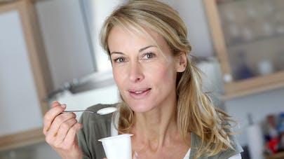 femme mangeant un yaourt nature