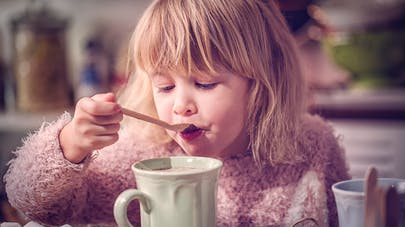 petite fille boit chocolat chaud