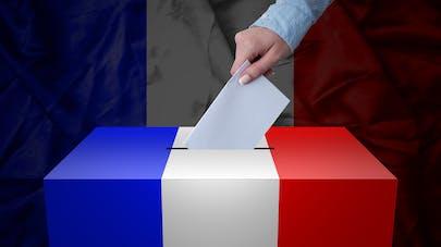 Un électeur met un bulletin dans l'urne