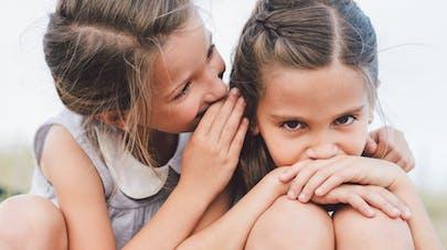 soeurs se parlent à l'oreille
