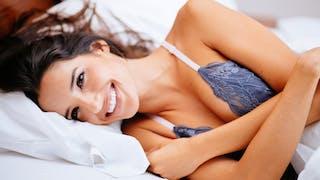 femme cache ses seins