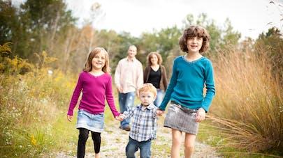 famille trois enfants parents en retrait