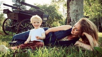 Une maman et son fils de 2 ans, allongés dans l'herbe.