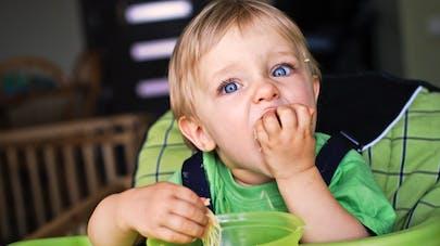 bébé mange fromage rapé