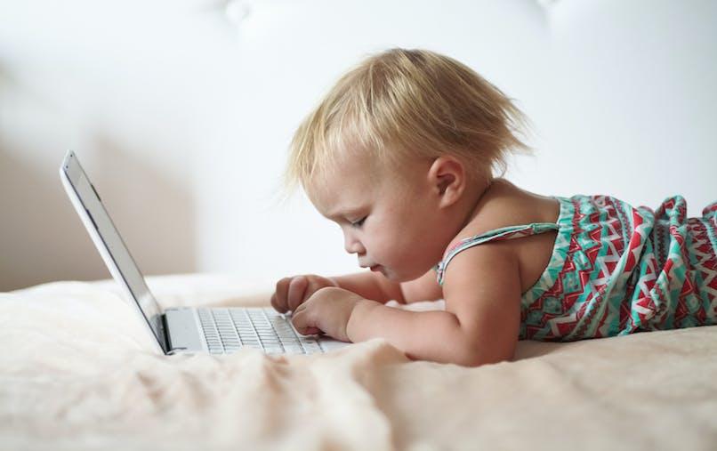 bébé touche ordinateur