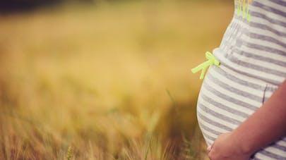 gros plan ventre femme enceinte extérieur