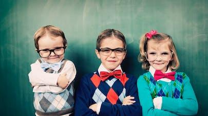 3 jeunes enfants portant un noeud papillon